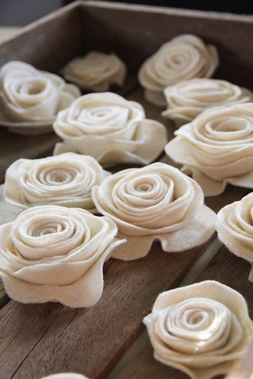 Rosas blancas de fieltro