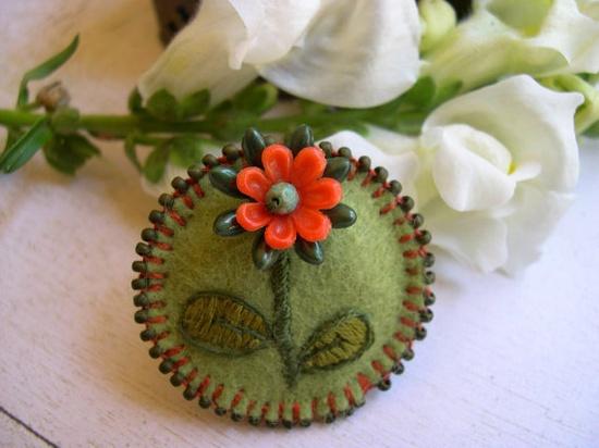 Broche de fieltro redondo, estilo vintage, con flor bordada y abalorios