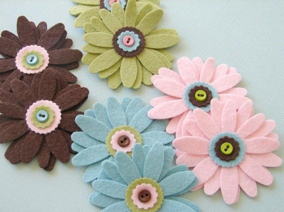 Broches hechos con flores de fieltro a base de pétalos
