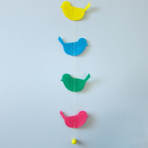 Guirnalda o móvil con pájaros de fieltro de colores