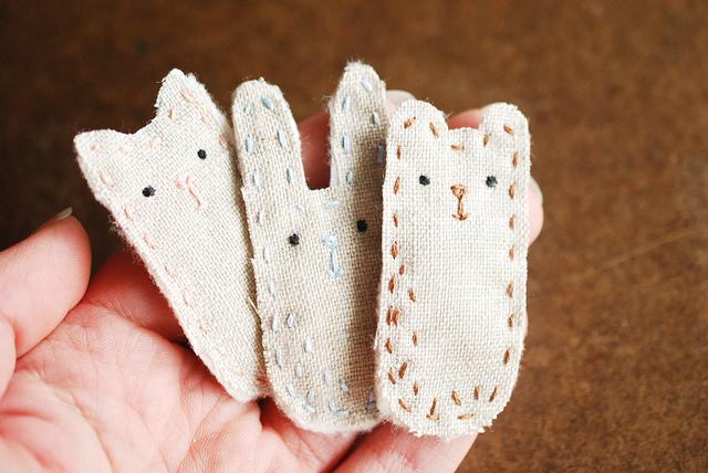 Broches de tela o fieltro sencillos de gato y conejo