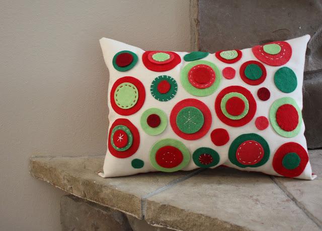 Coj n decorado con piezas de fieltro broches de fieltro - Como hacer cojines originales ...