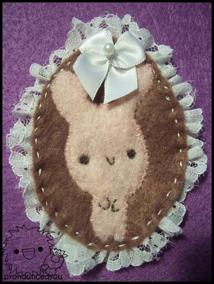 Broche ovalado de fieltro con puntilla, conejo