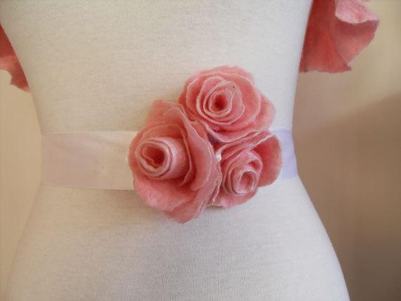 Cinturón para boda hecho con rosas de fieltro