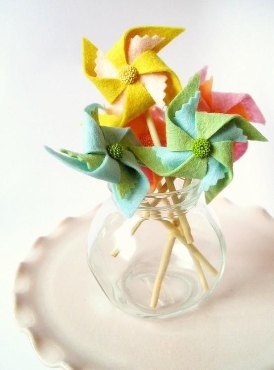Molinillos de viento hechos con fieltro para decorar jarrones ...