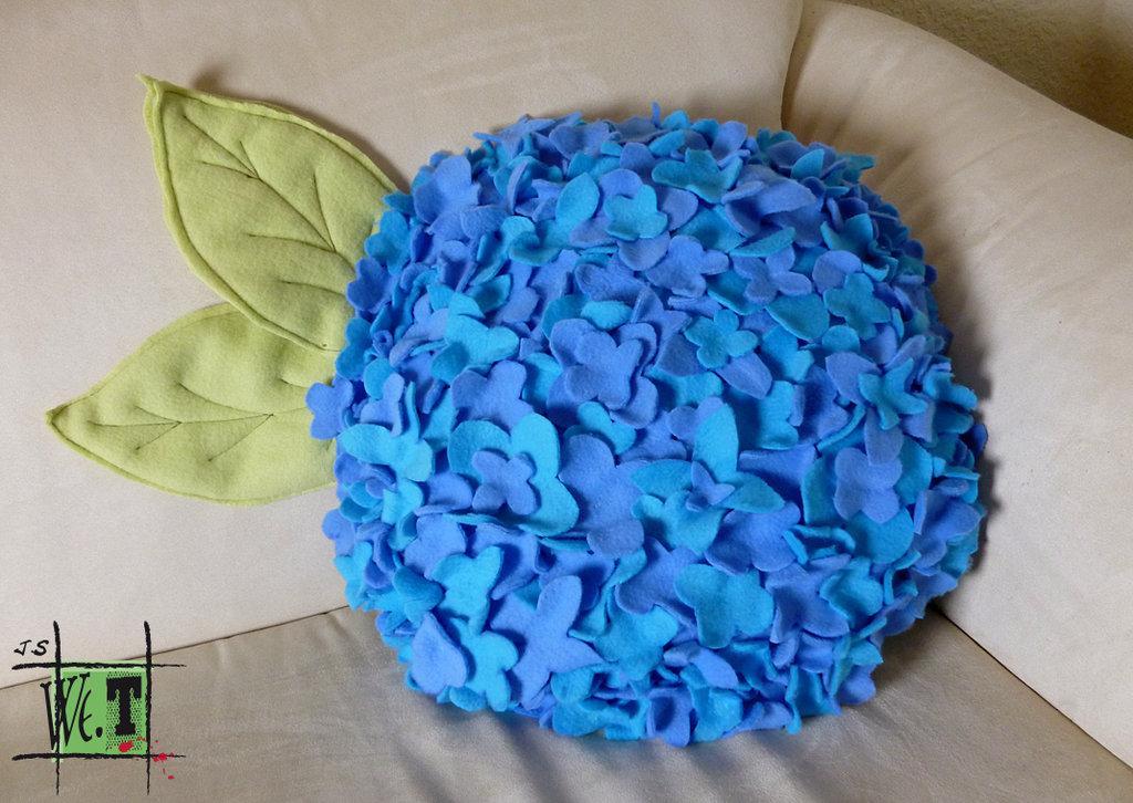Coj n redondo adornado con flores de fieltro azul - Objetos de decoracion originales ...