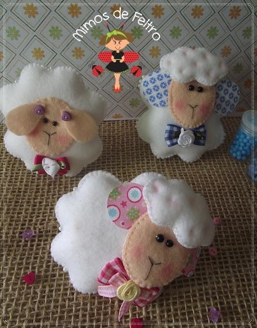 Peluche o broche de fieltro con forma de oveja