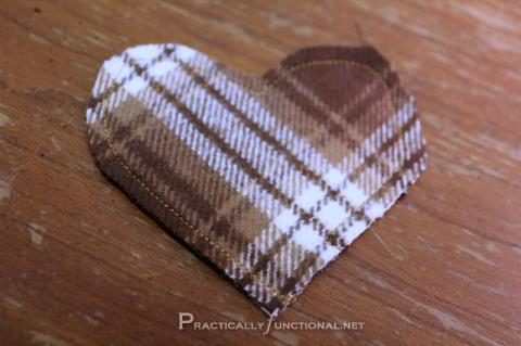 Corazón de fieltro relleno para calentar las manos, tutorial paso a paso