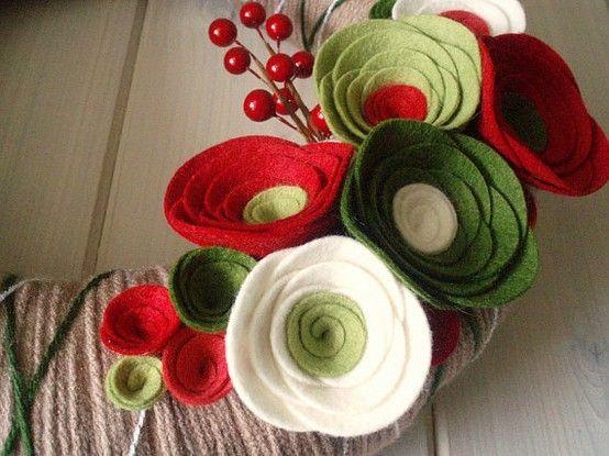 Corona de flores de fieltro para decorar tu casa de - Manualidades de navidad para hacer en casa ...