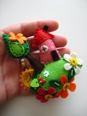 Broche de fieltro con casa, flores, árboles, sol… ¡muy cuco!