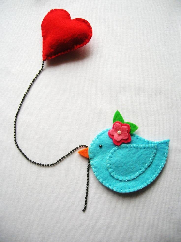 Pájarito con flor en la cabeza y un globo corazón, bonita manualidad en fieltro