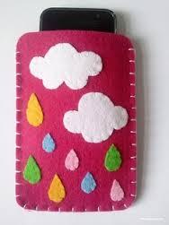 Funda de móvil en fieltro con nubes y gotas de colores