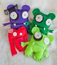 Broches de fieltro muy graciosos de pequeños monstruos
