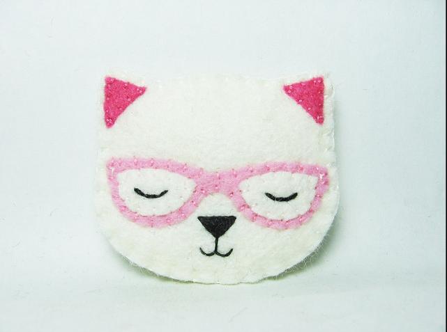 El gato dormilón con gafas, bonito broche de fieltro
