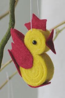 Bonitos gallos de fieltro para decorar un arbolito