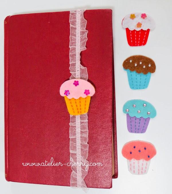 Marcapáginas hecho con cinta avolantada elástica y cupcake en fieltro