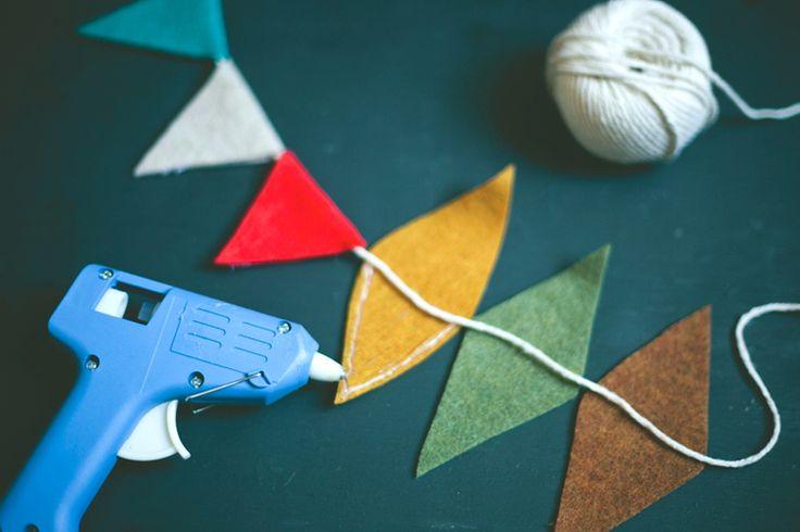 Guirnalda de triángulos de colores hecha con fieltro (DIY)