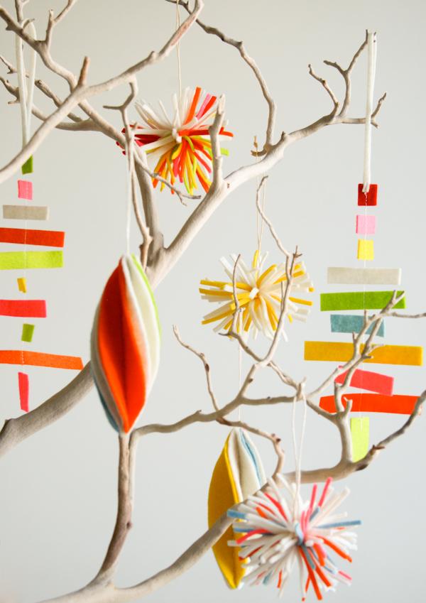 Ramitas de árbol decoradas con figuras de fieltro