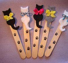 Marcapáginas hecho con palitos de polo y gatos de fieltro