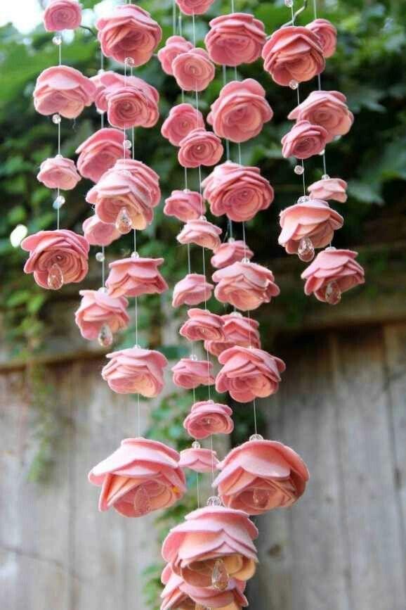 Un móvil de flores de fieltro perfecto para colgar en patios, balcones o un rincón de casa