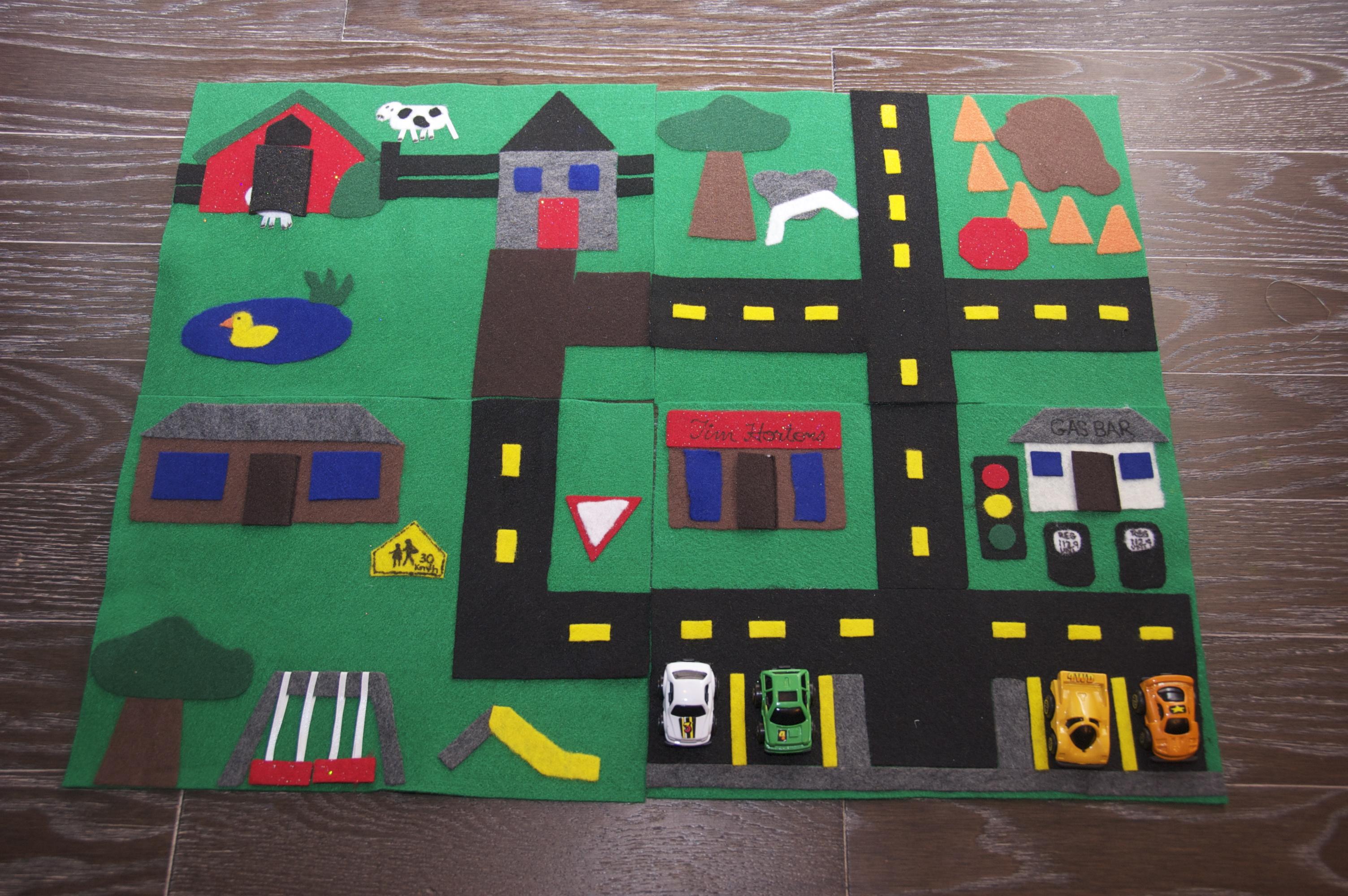 Circuito y parking en fieltro fácil de hacer, manualidad para niños