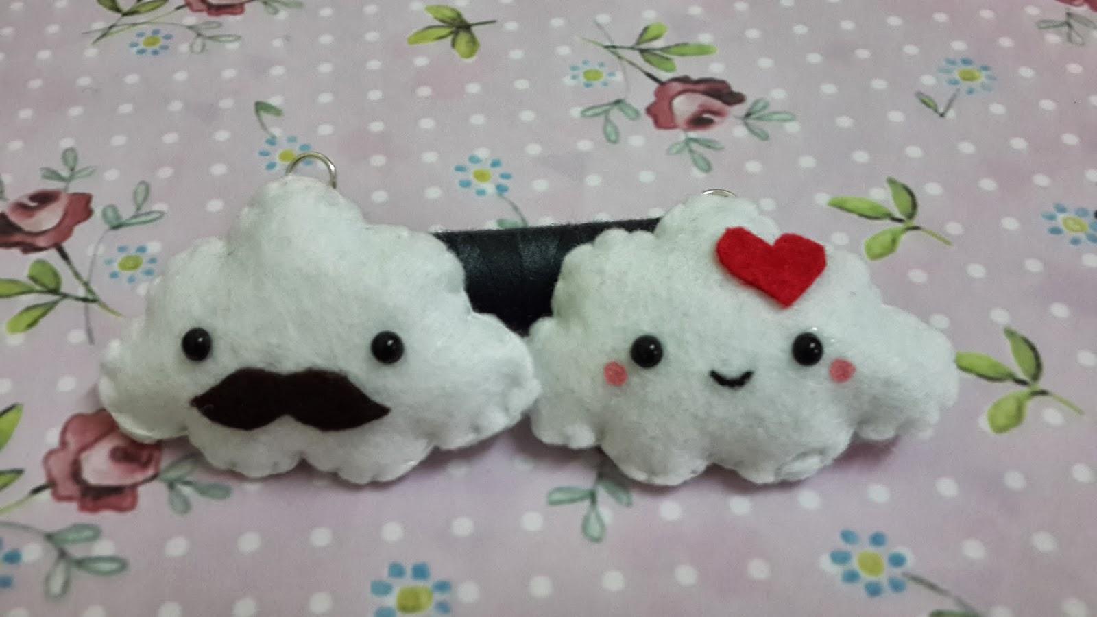 Dos broches de fieltro con forma nube, uno con bigote o otra con corazón