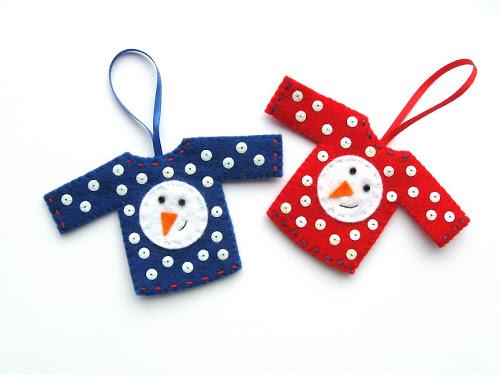 Adornos para el árbol hecho de fieltro con forma de jersey navideño