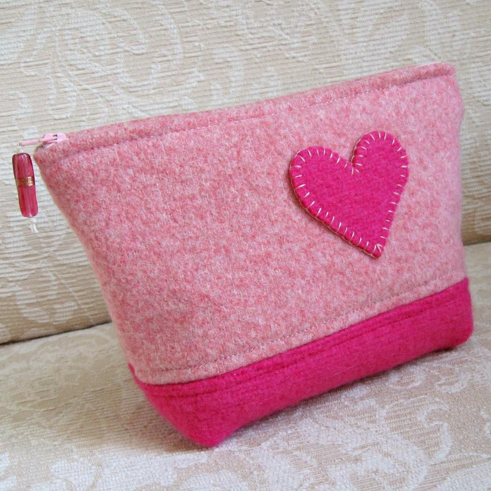 Neceser de fieltro con corazón para regalar en San Valentín