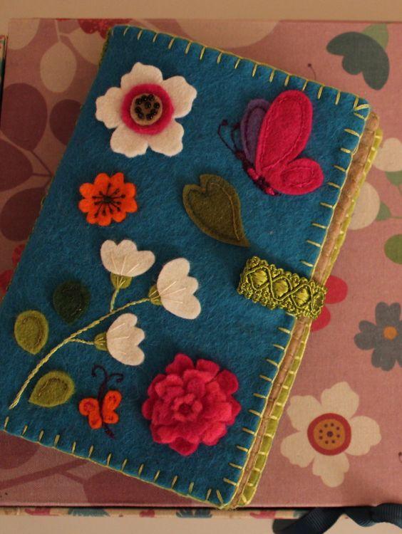Funda de fieltro con flores para libro o cuderno
