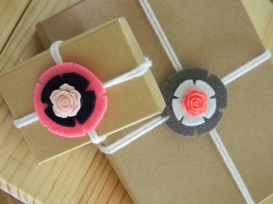 Flores de fieltro para decorar regalos y packaging
