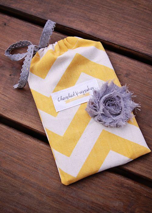 Empaquetar broche de fieltro en una bolsa de tela