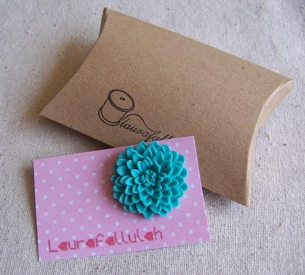 Empaquetar broche de fieltro en una caja de cartulina