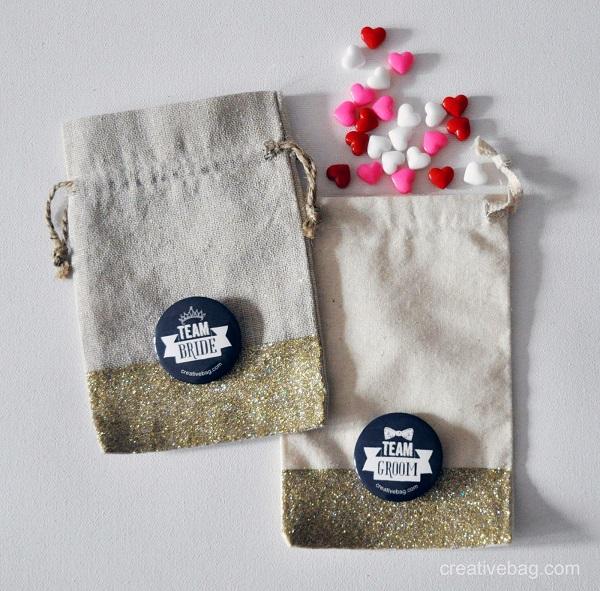 Empaquetar broche de fieltro en una bolsa de tela o yute