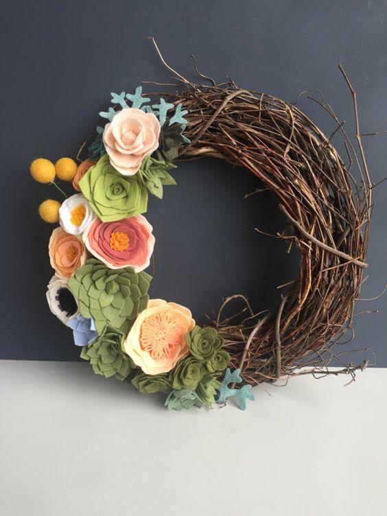 Corona de flores de fieltro para primavera