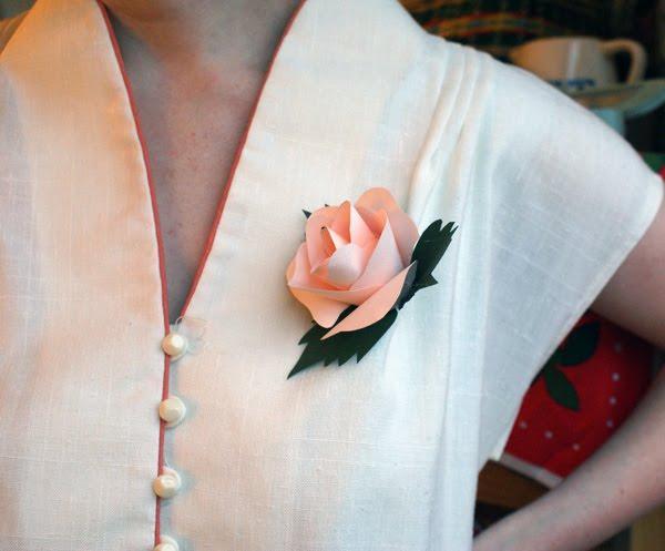Cómo hacer rosa de papel para broche paso a paso