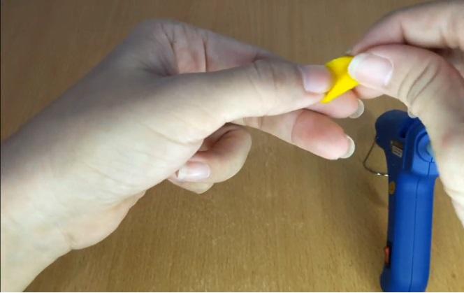 Broche de fieltro de girasol paso 2