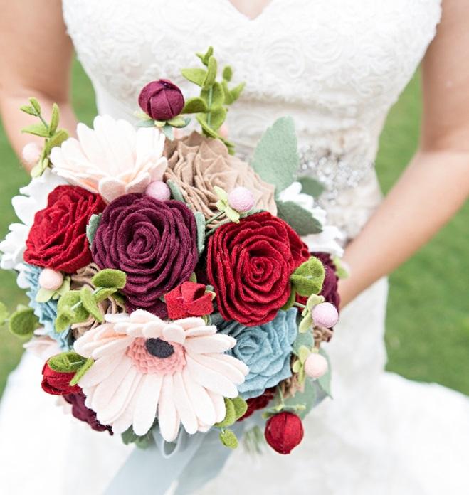 Ramo flores fieltro novia romántico