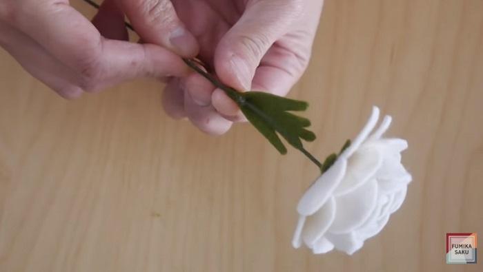 Tutorial cómo hacer flores de fieltro ranúnculo paso 10