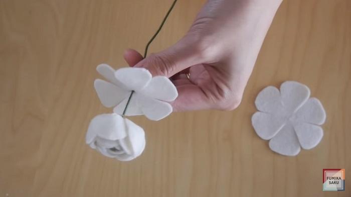 Tutorial cómo hacer flores de fieltro ranúnculo paso 8
