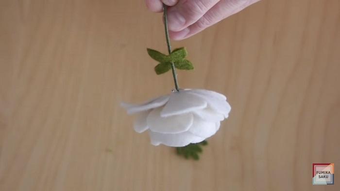 Tutorial cómo hacer flores de fieltro ranúnculo paso 9