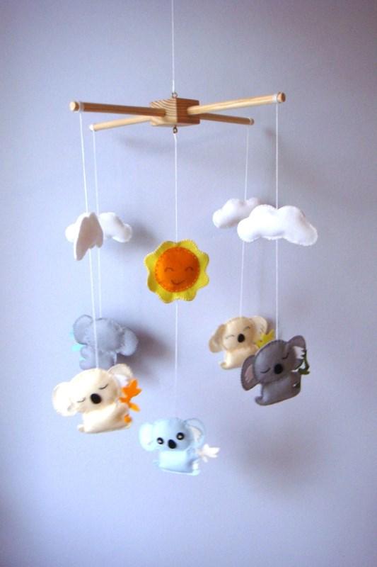 Móvil de fieltro para cuna de bebé con koalas
