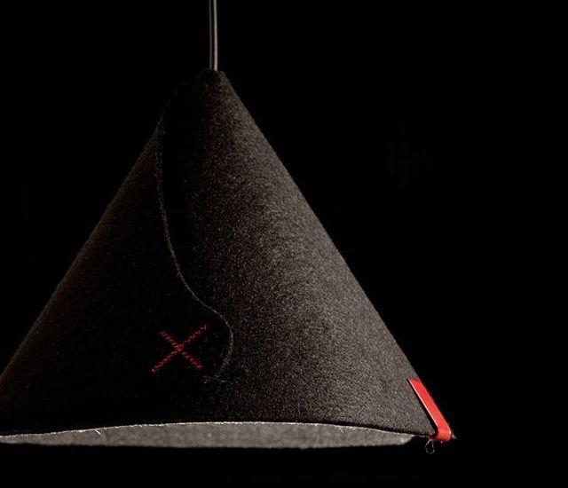 Pantalla de lámpara de fieltro negro y detalles rojos