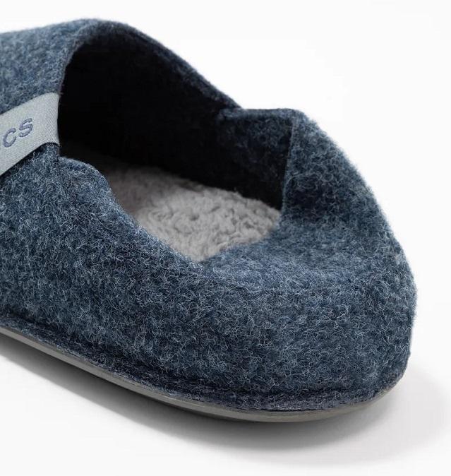 Pantuflas Crocs de fieltro azules por detrás