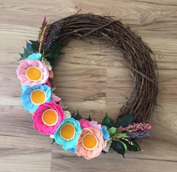 Corona con flores de fieltro para verano
